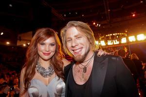 Minnah Karlsson får sällskap av vinnaren Jay Smith i Hallstavik måndag den 20 december.