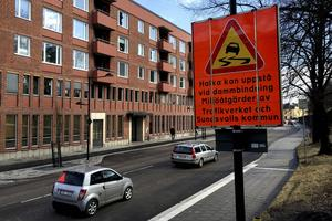 På Storgatan sitter det uppe skyltar som varnar för att halka kan uppstå.