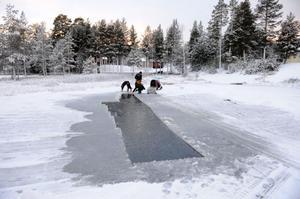 En stor isvak som snabbt fryser ihop i kylan.