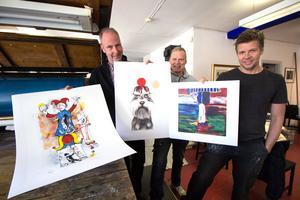 Kenneth Stenholm, Mats Westman och P-O Westman med några av de litografier som visas på påskutställningen. I mitten det allra senaste verket, en litografi av konstnären Jan Laggar.