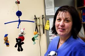 Spindeln i nätet. Kring hjärtsjuka barn. Ewa Eriksson på lasarettet i Falun är kontaktsjuksköterska för länets 500 hjärtsjuka barn. Foto: Anna Klintasp
