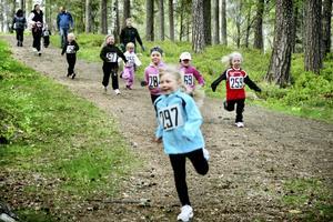 Full fart. Flickor 06 springer in i första kurvan efter start på sitt 300 meter långa lopp med Emyeli Fengsrud i täten.Bild: Malin Eriksson