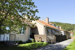 Den äldre låga delen byggdes som ålderdomshem i slutet av 1950 - talet då Hassela var en egen kommun.