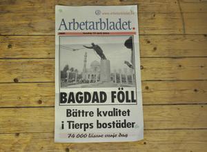 En löpsedel med världsnyheter och lokala nyheter blandat.