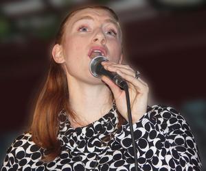Zoie Finer sjunger jazz för Salapubliken. Bild: Rolf Finer.