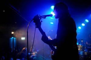 Tobias Egge kan spela gitarr så att fingrarna glöder.