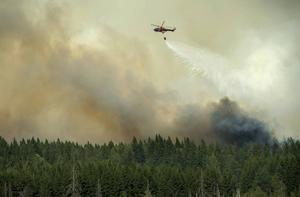 Släckningsarbetet vid Salabranden utförs av markpersonal och brandbilar, helikoptrar och flygplan.