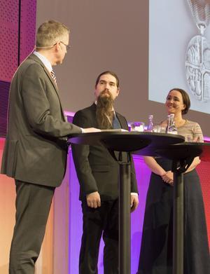 Pristagaren Calle Eklund i mitten, flankerad av riksantikvarie Lars Amréus och höstmötets moderator Johanna Koljonen.