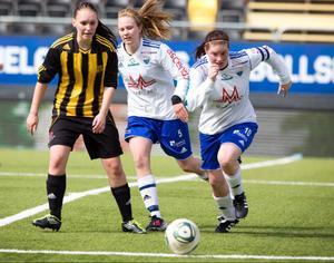 ARKIVBILD.Opes vitklädda damer leder damtvåan efter segern i toppmötet med Moliden hemma på Torvallen.