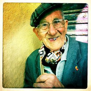 83 årEn man som bott hela sitt liv i Barceloneta och jobbat på fabrik.