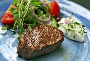 Hemlagad tsatsiki, blandad sallad och en mör köttbit. Svårare än så behöver det inte vara.