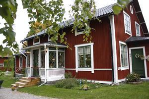 Carin föll direkt för huset i Marmaby. Nu är huset fyllt med auktionsfynd.
