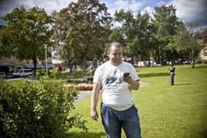 """Pokemon-tillhåll.  Andreas Ranta-Eskola har varit runt mycket och letat efter pokemon. """"Men idag tänkte jag bara hänga här"""", säger han. Foto: Cassandra Grönlund"""
