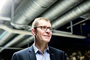 HV71:s klubbdirektör Agne Bengtsson berättar att klubben lägger en ny ispist och monterar en ny sarg i Kinnarps arena.