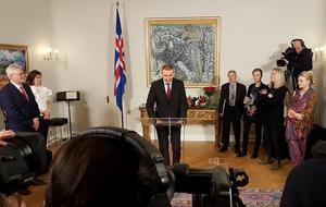 Presidenten håller tal i sitt residens. Närmast till höger står Kalle Güettler.