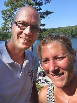 Äkta paret Martin och Anna Stattin tar det säkra före det osäkra i grillar i vattnet.