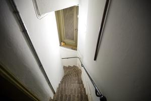 En trappa leder ner till utrymmet under koret där det ska byggas kontor för personalen.