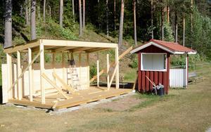 Lagom till matchen mot IFK Göteborg byts de gamla spelarbåsen på Åvallen ut mot nya.