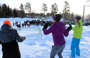 Helen Sundvisson (mitten) fick hjälp av några elever med att visa övningarna som skulle utföras.