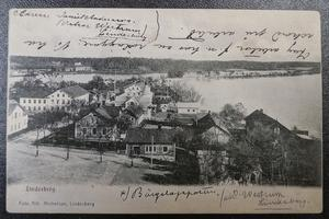 Det här är det första vykortet som Dan Andersson skickade från Lindesberg 8 juni 1906. Observera att han felaktigt markerat Bergslagsposten med ett kryss. Där måste han ha misstagit sig eftersom Bergslagsposten aldrig har legat i det huset. Det berättar Lindeforskaren Göran Karlsson som i många år var chefredaktör för Bergslagsposten.