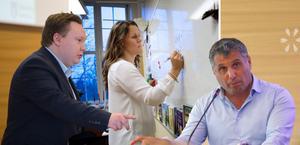 Victor Zetterman (L) och Metin Hawsho (L) förespråkar en satsning på lärarassistenter – debattören håller inte med. Foto: Jessica Gow/TT och Monika Nilsson Lysell