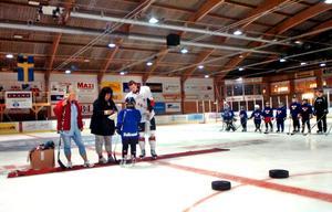 På lördagen avslutades hockeyskolan med en prisutdelning. Bland annat lottades en gratis hockeyskola till nästa år ut. Lycklig vinnare blev Liam Fritzell som fick ta emot priset av a-lagspelaren Andreas Jensen. Sommarhockeygeneralerna Helena Sikh och Nettan Hallblom assisterade.