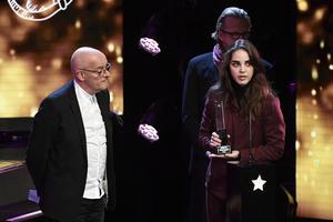 Sebastian Öberg och Amanda Werne tar emot priset Årets folkmusik/singer songwriter under Grammisgalan 2017. Foto Janerik Henriksson / TT
