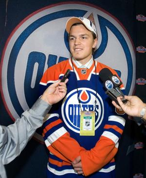 Anton Lander valdes som nummer 40 totalt av Edmonton Oilers år 2009. Här intervjuas han av media efteråt.