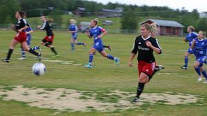 Michaela Bäckström stormade ofta fram efter kanten och slog fina inlägg. Ett av dessa blev upprinnelsen till matchens enda mål.