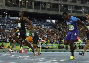 Jamaicas Usain Bolt korsar mållinjen som segrare på OS-finalen på 100 meter i Rio, Bolts tredje OS-guld i följd.
