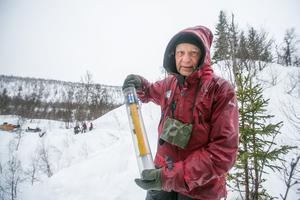 Upptäckaren av den första Bjurälvsgrottan, Bo Lenander, med en egenhändigt konstruerad pejlsändare.