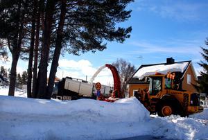 Kommunens snöslunga blev stående i två dagar och det har sinkat bortforslingen av snö på flera ställen. Snö som i värmen blir vattensamlingar. Här slungas det för fullt i Bergeforsen.
