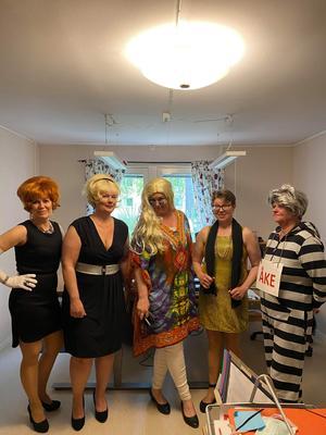 Anita Lindblom (Mia Birkehorn), Mona Wessman (Anneli Lundberg), vår hippieservitris (Maria Carlsson), Lill-Babs (Anneli Juneholt) och Åke tråk (Lena Ivarsson). Foto: Privat