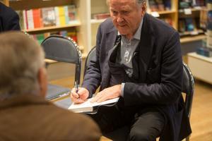 Leif Östling började signera innan själva signeringen började.