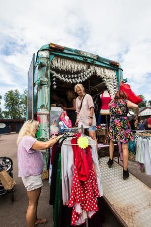 Retrokläder är populära för att upprätthålla rockabillymodet. Här säljs det för fullt från en buss i Rättviksparken innan tävlingen.