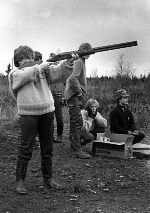 Niondeklassarna hade 1985 jakt som tema i naturtemat. Lotta Svärd fick prova att skjuta lerduvor.
