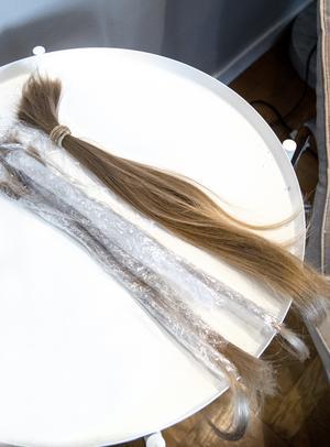 Håret som klipptes av räckte ner till svanken. Det är tjockt och har bra kvalitet.