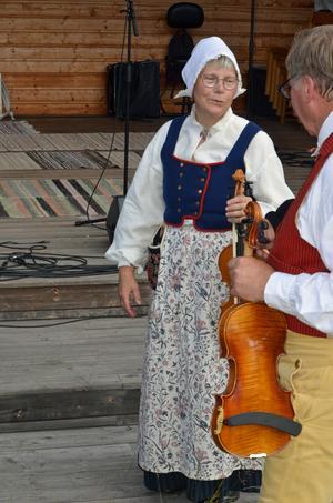 Anna Dahlbäck hade på sig en Forsadräkt, med ett somrigt förkläde. Men det var varmt, erkände hon efter 45 minuter på scenen.