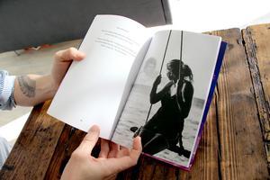 Bilden på sig själv vid havet tog hon i Västindien. I boken tittar Joel ner från himlen i samma bild.