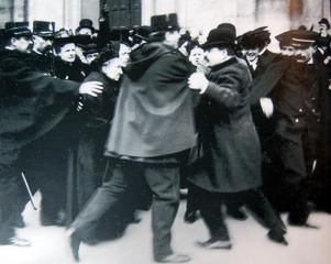 Kravaller i samband med beslutet att skilja katolska kyrkan från staten utanför Notre Dame 1904.Foto: Okänd
