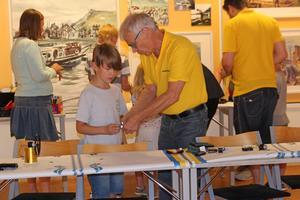 Anders Berggren hjälper till att bygga.