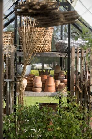 Krukor och korgar blir ett rofyllt och vackert blickfång i växthuset.