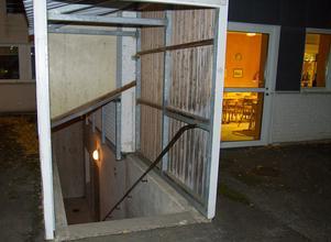 En trappa med tak som leder in på Malmaskolan, som används av bland annat städpersonal, är ett ställe som ungdomar använder för att hänga och röka. Ett förslag är att sätta upp en grind med ett enklare lås, ett förslag som skulle tas vidare till fastighetsägaren.
