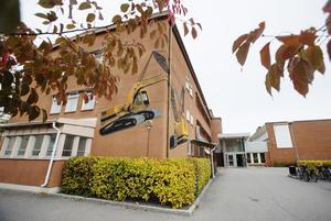 Målningen kom till 2011 när Polhemsskolans byggnadsprogram hade renoverat sitt hus.