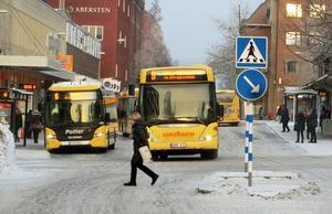 När busstorget, till höger utanför bild, försvinner som nav för länstrafiken lutar det åt att deras bussar kommer att köra längs Kyrkgatans busstråk där gula stadsbussarna rullar idag.