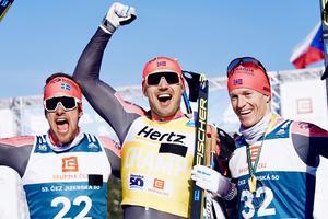 Oskar Kardin (till vänster) tillsammans med lagkamraterna som också fick kliva upp på pallen. Foto: Visma Ski Classics