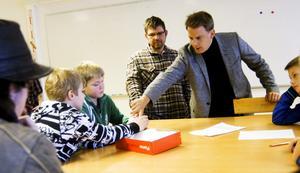 Ung kreativitet. Eleverna på Snäckeskolan imponerade på Johan Karlsson, projektledare för Formens hus nödhusprojekt, som tittade närmare på bland annat Lucas Juhlins, Pontus Erikssons och Oliver Stenbergs förslag till solcellslampor. Kees Meijering, Rinman education, deltog också.