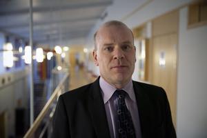Kammaråklagare Johan Knies ställde tuffa frågor kring den åtalade mannens ändrade version.