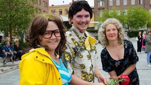 Ida Jägemar från revyn Tullmejsan i Hackås samt Erik Magnusson och Lina Engberg från Viggerevyn framförde sketcher på Stortorget när revy-SM tjuvstartade under onsdagen.