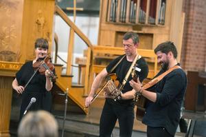 Folkbarock med Emma Ahlberg violin, Daniel Ek gitarr, Niklas Roswall nyckelharpa.